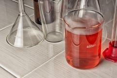 Laborancki eksperyment w szklanym zbiorniku zdjęcia royalty free