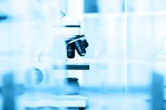 Laborancki mikroskopu obiektyw nowożytni mikroskopy obraz stock