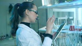 Laborancki pracownik sprawdza zawartość kolba zdjęcie wideo