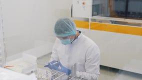 Laborancki technik czyści szkło obiektyw zdjęcie wideo