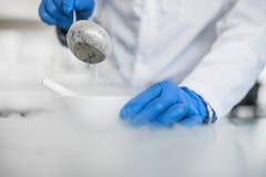 Laborancki technik wykonuje eksperyment z ciekłym nitroge zdjęcia stock