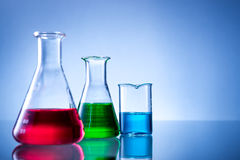Laborancki wyposażenie, butelki, kolby z koloru cieczem fotografia stock