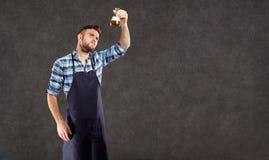 Laboranckiego asystenta piwowara winemaker sprawdza ciecz w t zdjęcie stock