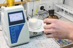Laborant robi testowi w laboratorium zdjęcia royalty free