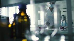 Laboranten förbereder extrakten i laboratoriumet stock video