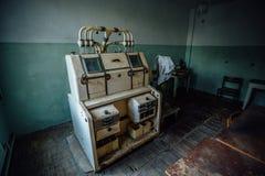 Laboratório analítico abandonado na fábrica vazia velha do moinho de farinha fotografia de stock royalty free