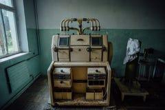 Laboratório analítico abandonado na fábrica vazia velha do moinho de farinha imagens de stock
