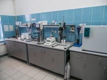 Laboratório biológico Tomando amostras do produto acabado na produção fotografia de stock royalty free