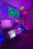 Laboratório de ciência moderno da tecnologia com tela da tevê imagem de stock