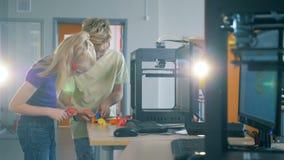 Laboratório de Quantorium com as duas crianças que trabalham em um projeto nele video estoque