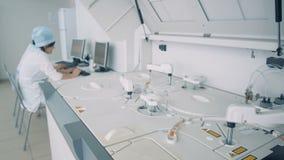Laboratório médico funcional com o analisador bioquímico nele filme