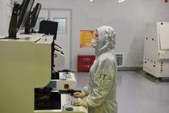 Laboratório microscópio-Dustless do elétron fotografia de stock