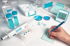Laboratoire biologique ou biochimique hors focale, acte judiciaire de plan rapproché en main image libre de droits