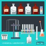Laboratoire chimique Conception plate Verrerie chimique, ustensiles de mesure, électrode d'ion, papier de l'essai pH, banc de lab Photos libres de droits