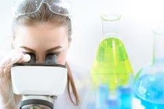 Laboratoire chimique de recherches de scientifique avec le microscope et le matériel médical photo stock