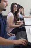 Laboratoire d'ordinateur de With Classmates In d'étudiante photo stock
