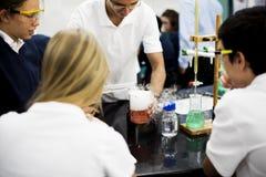 Laboratoire de laboratoire d'étudiants dans la salle de classe de la science Photos stock