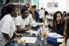Laboratoire de laboratoire d'étudiants dans la salle de classe de la science Photographie stock