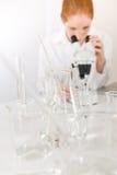 Laboratoire de microscope - recherche médicale de femme image stock