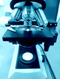 Laboratoire de science de microscope Images stock
