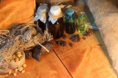 Laboratoire magique de sorcière avec le breuvage magique pour Halloween, fond en bois Images stock