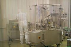 Laboratoire, travailleur dans une tenue de protection, Pologne 01 2013 Photos libres de droits