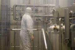 Laboratoire, travailleur dans une tenue de protection, Pologne 01 2013 Images stock