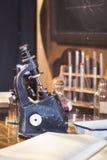 Laboratorio antiguo, microscopio y tubos de cristal Imagenes de archivo