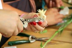Laboratorio artigianale della mano dei gioielli Immagini Stock