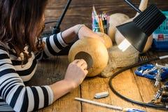 Laboratorio artigianale di hobby della giovane donna immagine stock libera da diritti