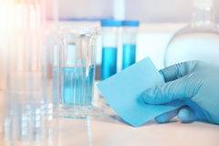 Laboratorio biologico o biochimico sfuocato, primo piano sull'ha gloved Fotografia Stock