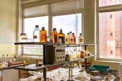 Laboratorio con molte bottiglie Immagine Stock Libera da Diritti
