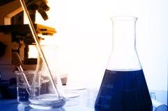 Laboratorio de ciencia con tema químico Imagen de archivo libre de regalías