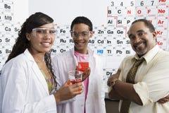 Laboratorio de ciencia de With Students In del profesor Imágenes de archivo libres de regalías