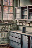 Laboratorio de ciencia polvoriento abandonado - día nublado del otoño Foto de archivo