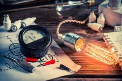 Laboratorio de la física del vintage con el diagrama eléctrico y la bombilla de Edison Fotografía de archivo