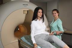 Laboratorio de la tomografía computada CAT de la tomografía axial automatizada Mujer joven que tiene una proyección de imagen de  Foto de archivo
