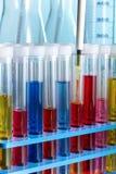 Laboratorio de química del banco de trabajo con las muestras en tubos de ensayo vertical Fotografía de archivo libre de regalías