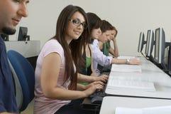 Laboratorio del computer di With Classmates In della studentessa fotografie stock