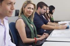 Laboratorio del ordenador de With Classmates In del estudiante fotos de archivo