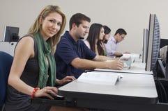 Laboratorio del ordenador de With Classmates In del estudiante foto de archivo libre de regalías