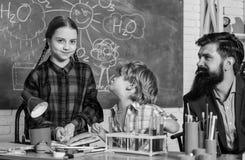 Laboratorio di chimica della scuola Ricerca del laboratorio - progetto scientifico per la prova chimica di nuovo a scuola Scienza fotografie stock libere da diritti
