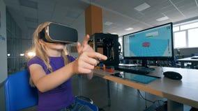 Laboratorio di Quantorium con una ragazza teenager che è in vetri di realtà virtuale e che passa le mani stock footage