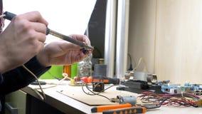 Laboratorio elettronico domestico video d archivio