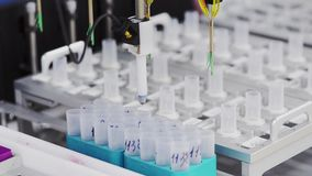 In laboratorio la macchina del primo piano per la verniciatura delle cellule per la loro considerazione dettagliata Il robot anal archivi video