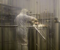 Laboratorio, lavoratore in un vestito protettivo, Polonia 01 2013 Immagine Stock Libera da Diritti