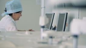 Laboratorio medico moderno Medici che perfoming le prove scientifiche video d archivio