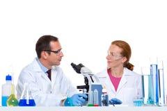 Laboratorio químico con el funcionamiento de dos científicos fotos de archivo
