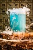 Laboratorio químico de la escuela con los cubiletes del color Imagen de archivo libre de regalías