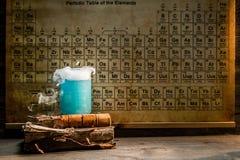 Laboratorio químico de la universidad con los cubiletes del color Fotografía de archivo libre de regalías